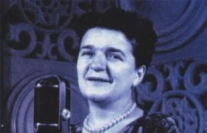 Ioana Radu în Studioul T3 de înregistrări al Societății Române de Radiodifuziune, în anii '50 (Ioana_Radu/Wikipedia.org)