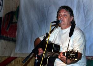Mircea Vintila, intr-un recital in Vama Veche 2006 (wikipedia.org)