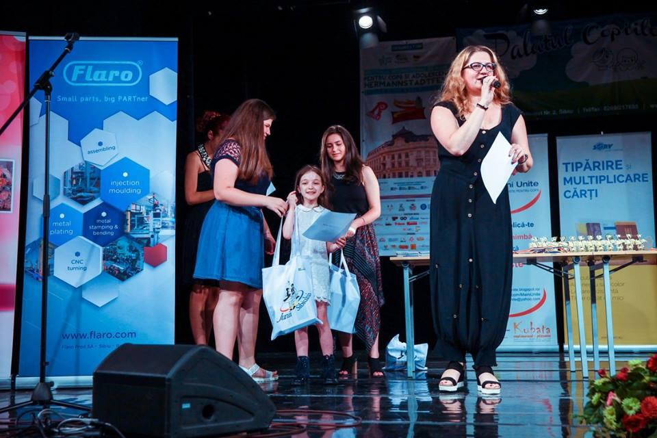 Foto Rodica Popa Comăniciu - interpretă de muzică populară oferind premii la festivalul HERMANNSTADTFEST 2016 (foto Hermannstadfest by TakeaSmile.ro)
