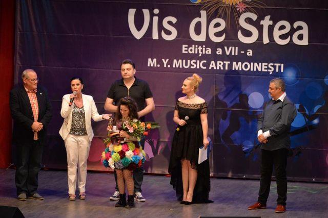 Juriul festivalului acorda Trofeul Patriciei Crisan (foto by Centrul Cultural LIRA - Moinesti)
