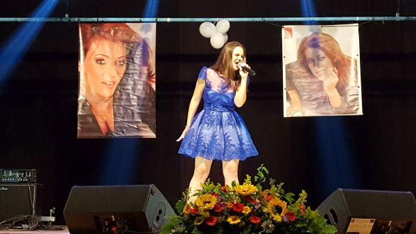 Denisa Parvu - Premiul TINERE TALENTE Radio Romania Regional si Trofeul Hermannstadfest pentru cea mai buna interpretare a unei piese romanesti.600 (foto by Bogdan Dragomir)