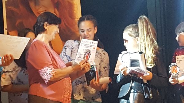 Dna. Elena Stoica (mama Laurei Stoica) la Gala laureatilor - Sectiunea Remember Laura Stoica - Hermannstadtfest 2017.600 (foto by Bogdan Dragomir)