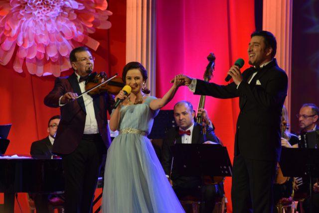 Actorii Miruna Ionescu şi Silviu Biriş - prezentatorii Festivalului Crizantema de Aur 2017 (foto by Bogdan Dragomir)