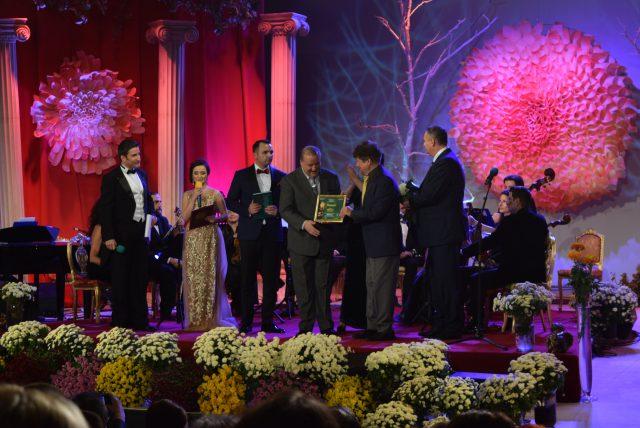 Premiul I secţiunea Creaţie - Dumitru Lupu, în foto primeşte premiul interpretul Marian Stere, la Festivalul Crizantema de Aur 2017 (foto by Bogdan Dragomir)