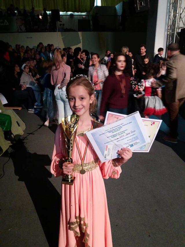 Foto Sofia Onica - Premiul Tinere Talente - Radio România Regional şi Trofeul Grupei la Festiv. Neghinita 2017 (foto arh. Sofia Onica.facebook.com)