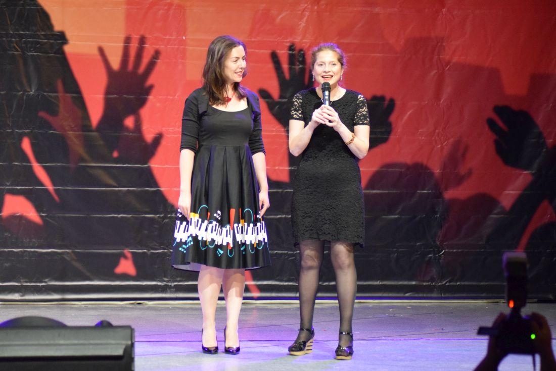 DSC_0799. Carmen Moruzzi (Actrita si Organizator Masterclass Entertainment Debut - Brasov 2019) si Daniela Grovu (Prof. coordonator Masterclass) - foto by Bogdan Dragomir